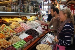 Selecting a present for Danielle's Mum! The spice markets, Istanbul